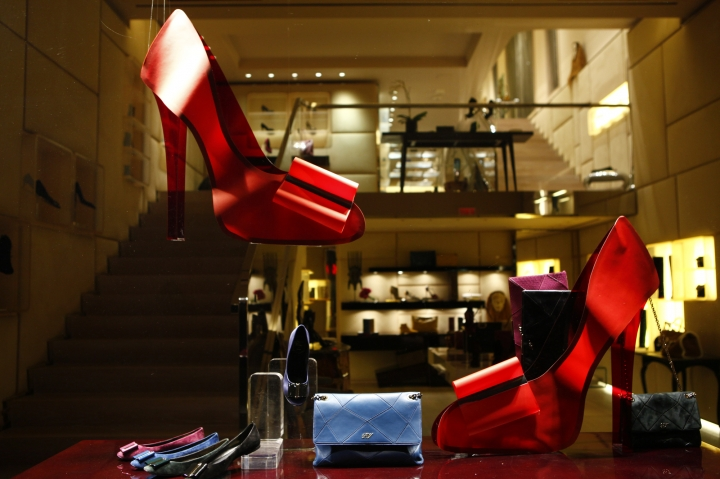 Roger Vivier shop windows display
